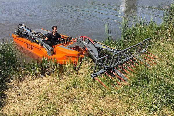 Лодка для очистки водоемов